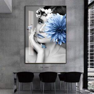 אישה עם פרח כחול